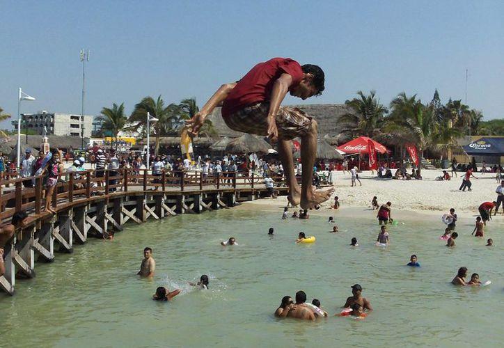 Lanzarse desde los muelles de Progreso puede resultar una peligrosa diversión. (Manuel Pool/SIPSE)