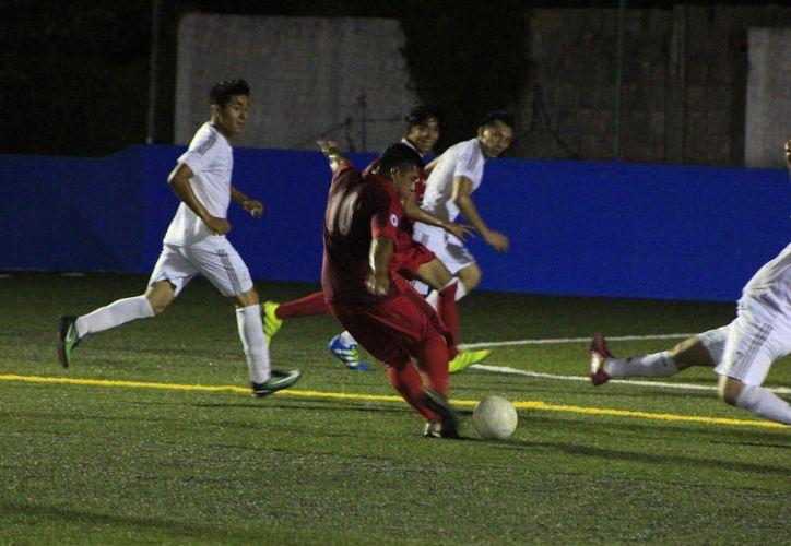 El marcador 5-4 a favor de los Compas sobre Peluquería Vidal, dan cuenta de un emocionante partido. (Miguel Maldonado/SIPSE)