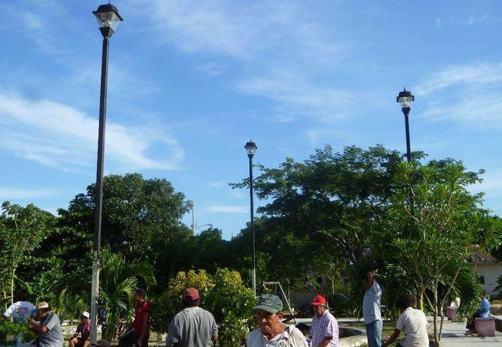 Urge el cambio de las lámparas del parque principal. (Raúl Balam/SIPSE)