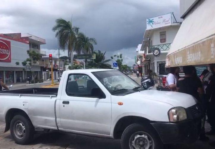Una persona de la tercera edad resultó lesionada tras ser atropellada por una camioneta que avanzó sin conductor, ayer en la avenida Héroes, de Chetumal. (Redacción/SISPE)