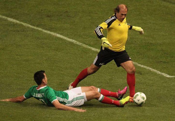 Leyendas del Futbol Mexicano venció 9-8 al conjunto Estrellas de la FIFA, esta noche en el Estadio Azteca. (Notimex)