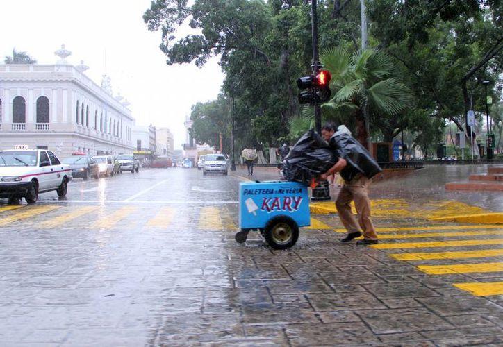 Se espera que la onda tropical No. 32 llegue a la Península de Yucatán con lluvias de fuertes a muy fuertes. (SIPSE)
