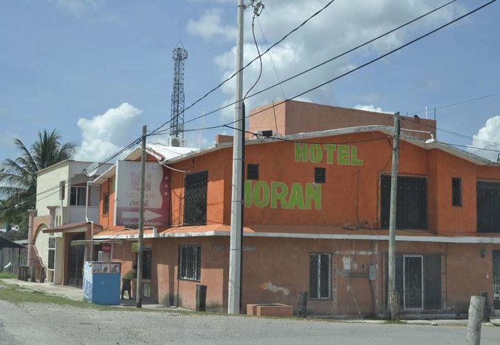 Consecuencia del cierre del puente fronterizo, finiquitó operaciones un hotel en el poblado que era paso obligado de los visitantes hacia la zona libre de Corozal, Belice. (Harold Alcocer/SIPSE)