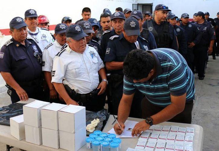 Los 280 elementos polciacos que portan armas en Cozumel fueron sometidos ayer a un examen antidoping. (Gustavo Villegas/SIPSE)