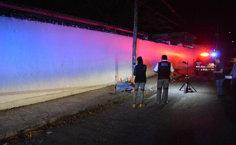 El joven que murió es conocido en la zona como un drogadicto consuetudinario. Personal de la FGE llegó al lugar para investigar la causa del fallecimiento. (SIPSE)