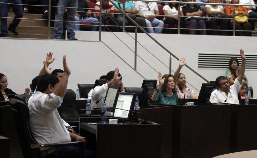 Sesión del Congreso del Estado, que entre protestas ayer aprobó la reforma a la Ley de Transporte del Estado de Yucatán en materia de servicio público contratado a través de plataformas tecnológicas. (Amílcar Rodríguez/Milenio Novedades)