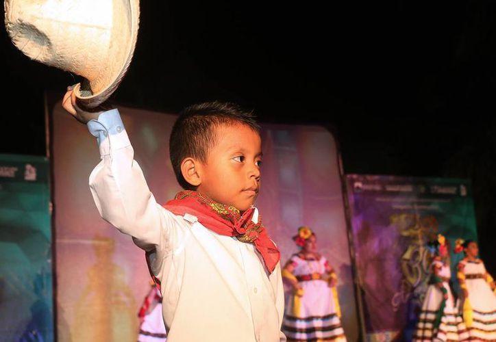 Los grupos de danza presentaron estampas de los estados de Tamaulipas, Tabasco, Yucatán entre otros. (Redacción/SIPSE)
