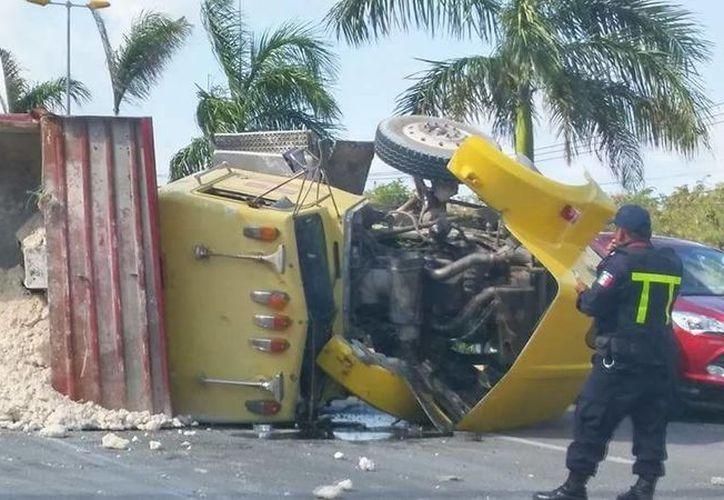 Personal de Bomberos se encuentra retirando el diesel que se derramó en la vialidad. (Redacción/SIPSE)