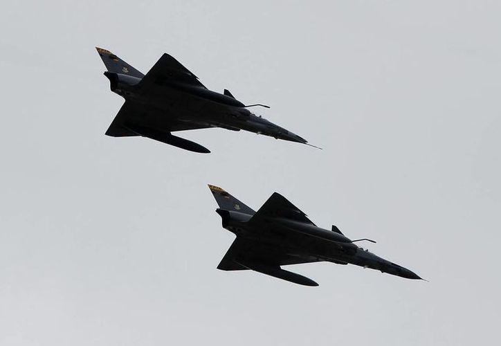 Foto del 20 de julio de 2013, de dos aviones Kfir durante una revista aérea en Bogotá. (EFE/Archivo)