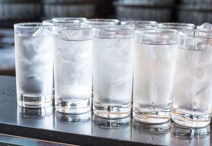 Si el agua helada se bebe después de la comida puede aumentar la mucosidad, lo que contribuye a un resfriado. (Internet)