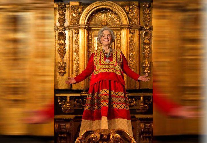 El retrato, realizado por el fotógrafo Alan Flores, se hizo respetando el deseo de Elena Ponitowska de que fuera 'como una pintura' y frente a un altar barroco. (EFE)