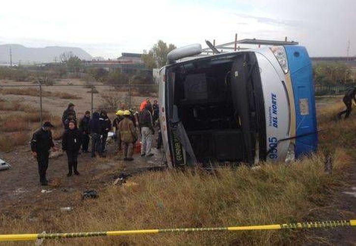 La volcadura que derivó en seis muertos y más de 23 lesionados ocurrió en una curva de la vía Monterrey-Saltillo, y se registró debido al exceso de velocidad y al pavimento mojado. (Milenio)