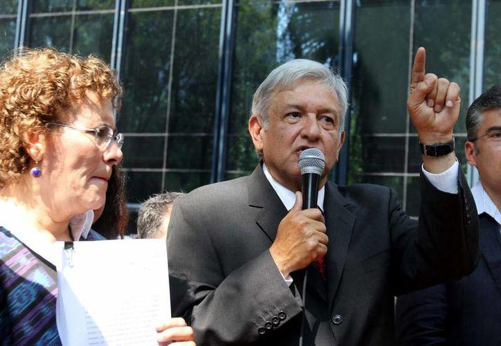 Andrés Manuel López Obrador, de Morena, es uno de los señalados de que promocionan su imagen con tiempos que corresponden a ese partido político. (Archivo/Notimex)