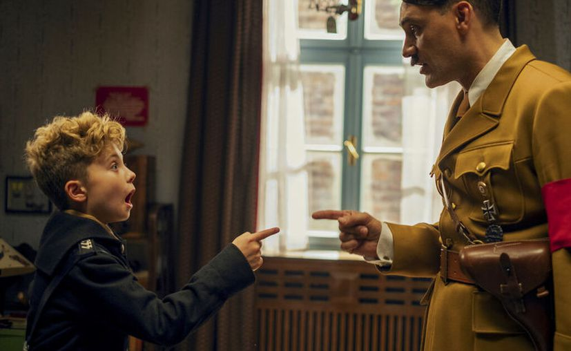 "Roman Griffin Davis, a la izquierda, y Taika Waititi en una escena de ""Jojo Rabbit"". (Kimberley French/Fox Searchlight Pictures via AP)"