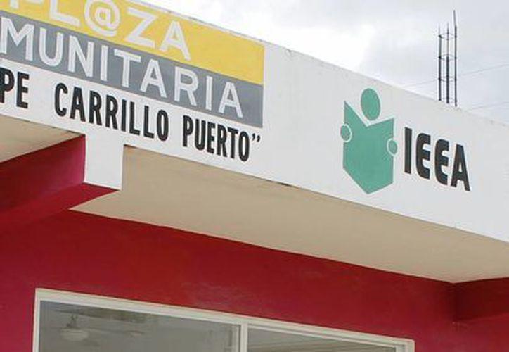 Las clases se imparten en la plaza del Instituto Estatal de la Educación para los Adultos (IEEA). (Francisco Gálvez/SIPSE)