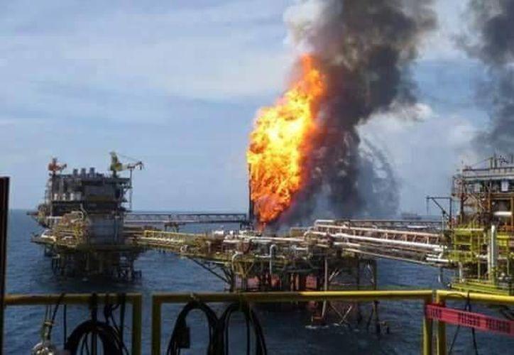 Pemex informó que la plataforma Abkatun A-Permanente no ha colapsado y que el fuego ya fue extinguido. (Foto SIPSE)