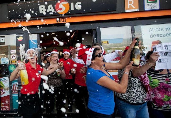 El mayor número de premios de la Lotería de Navidad cayó en la localidad madrileña de Leganés, causando el furor de los afortunados vecinos. (Agencias)