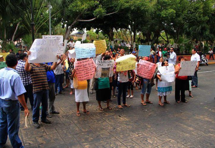 Los inconformes dijeron que los supuestos dueños quieren cobrar 60 pesos por metro cuadrado para entregarles el título de la propiedad donde viven. (José Acosta/SIPSE)