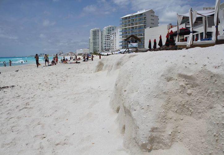 La Zona Federal Marítimo Terrestre se encarga de asear los arenales más visitados. (Sergio Orozco/SIPSE)