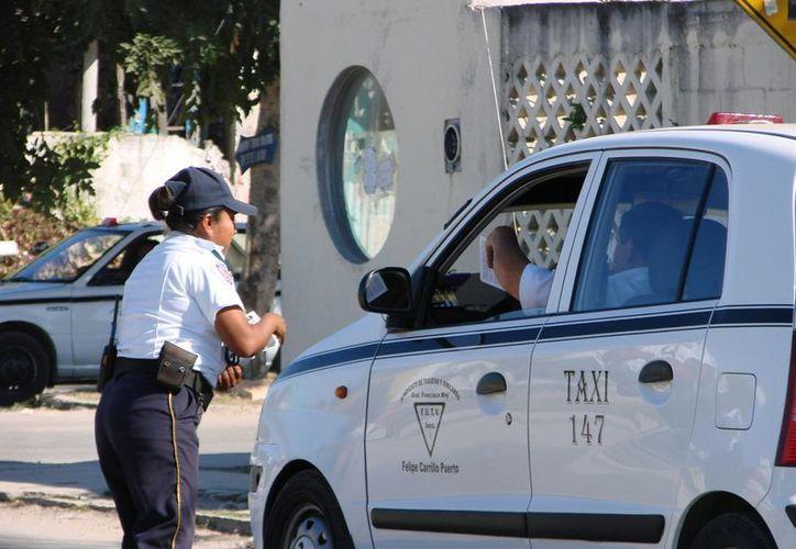 """Desde el año 2010 los socios del Sindicato de Taxistas """"General Francisco May"""" cobran 14 pesos por servicio en la ciudad. El sistema de radio taxi, es el que más complica a los """"martillos"""" juntar la liquidación. (Manuel Salazar/SIPSE)"""