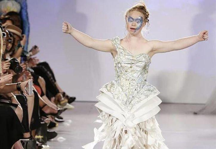 A pesar de que padece síndrome de down, la modelo australiana Madeline Stuart desfiló en Nueva York para FTL Moda ya por tercera a sus 19 años. (Archivo/ EFE)