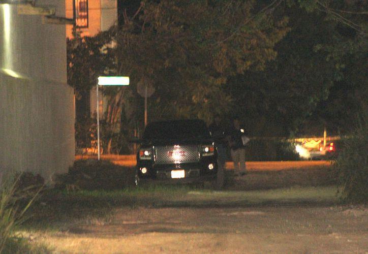 El hombre fue hallado dentro un vehículo tipo camioneta, con un impacto de bala en la cabeza. (Foto: Redacción/SIPSE)