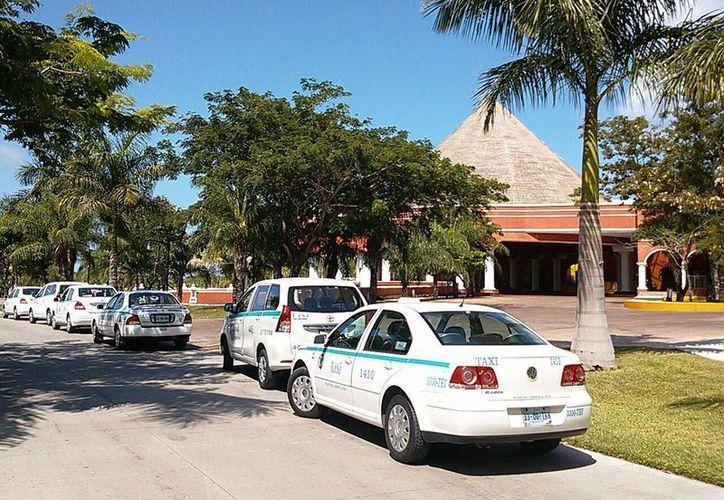 En respuesta al veto que el hotel aplicó a 12 taxis, todo el gremio advirtió que no darán servicio hacia dicho centro de hospedaje.  (Daniel Pacheco/SIPSE)