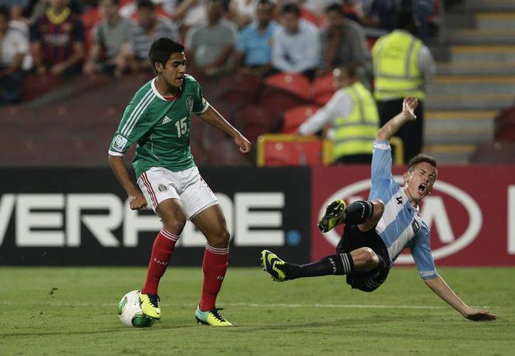 Los argentinos tuvieron más tiempo la pelota en el primer tiempo, pero los mexicanos hicieron los goles. (Agencias)