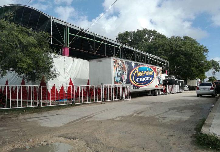 """La mañana del viernes, trabajadores del """"American Circus"""", estacionaron sus tráilers y cercaron con vallas, dificultando el paso. (Javier Ortiz/SIPSE)"""