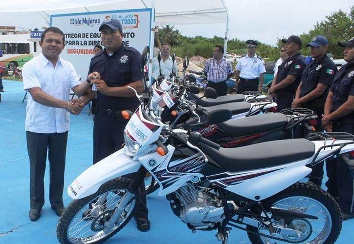 El alcalde entregó las llaves de las motos. (Lanrry Parra/SIPSE)
