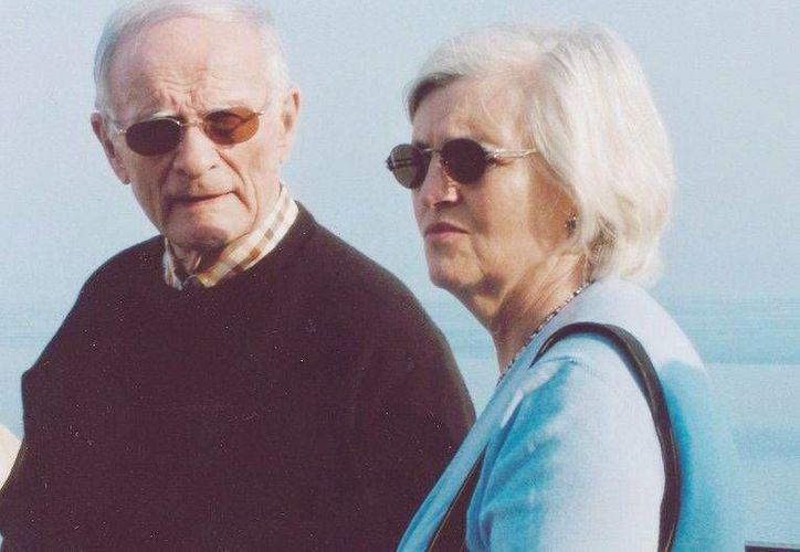Captura de pantalla de un vídeo distribuído por el FBI que muestra a James J. Bulger y a Catherine Greig, en Taormina, Sicilia, Italia, en abril de 2007. (Archivo/EFE)
