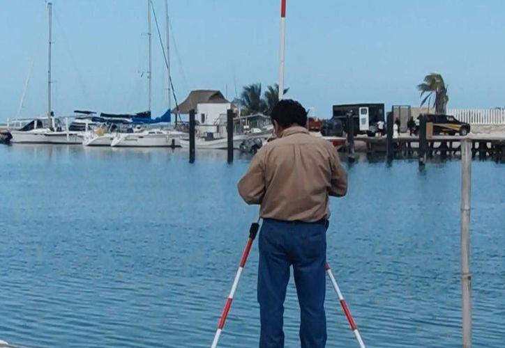 Luego de las protestas de marinos, ayer se llevó a cabo la medición en el puerto de abrigo de Telchac. (Milenio Novedades)