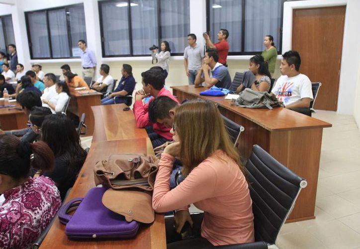 Los estudiantes no logran desempeñarse en sus carreras y deciden emprender un negocio o emigran a ciudades turísticas. (Harold Alcocer/SIPSE)