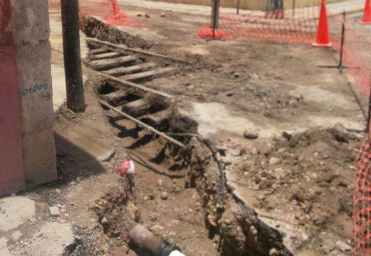 Cerca de La Mejorada, en obras que realiza la CFE, se encontraron rieles que se cree formaron parte de lo que fue la red ferroviaria que unió Mérida con Progreso. (Cortesía de René Flores Ayora)