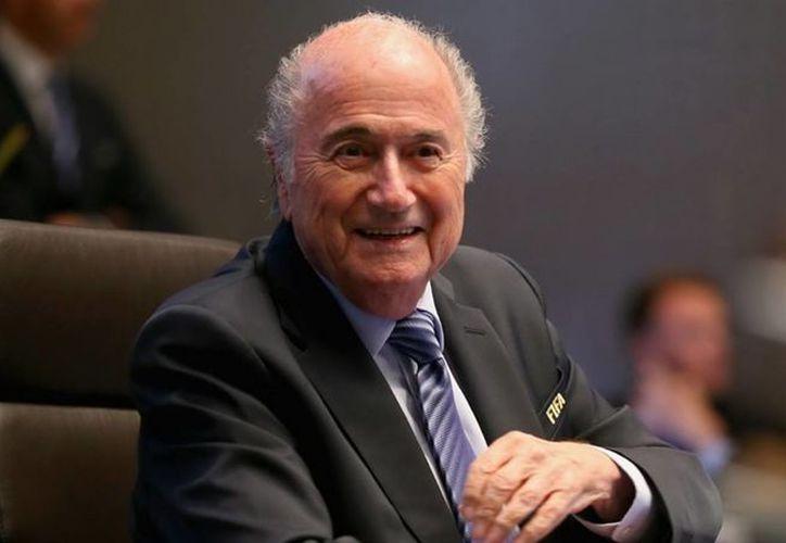 Hasta hace poco todo parecía 'viento en popa' para Josep Blatter, en su camino a reelegirse este viernes como presidente de FIFA, pero en las últimas horas las investigaciones y arrestos por corrupción al interior del organismo parecen tambalearlo a él y a numerosas personas y empresas. (Notimex)