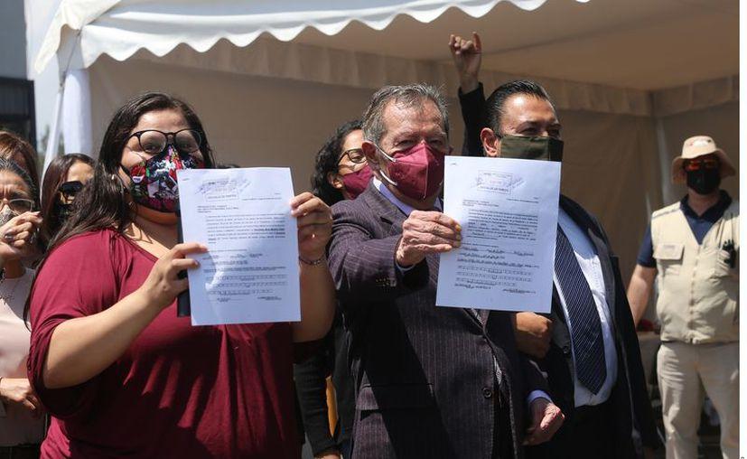 Porfirio Muñoz Ledo con  Citlalli Hernández en el  registro ante el INE de su candidatura por la dirigencia morenista. (Agencia Reforma)