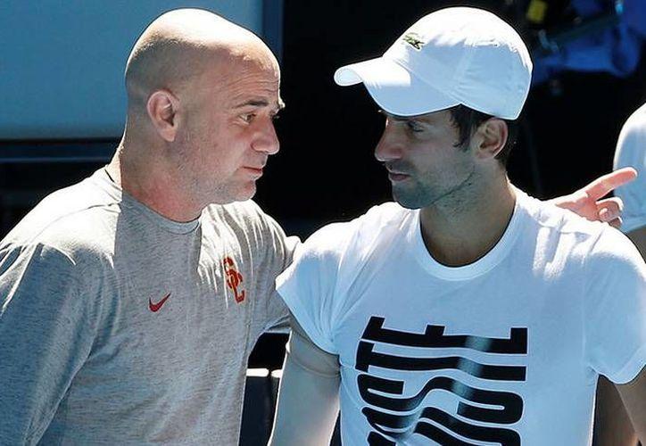 Andre Agassi rompió relación laboral con el serbio Novak Djokovic. (Reuters)