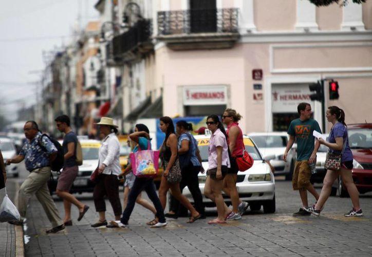 El operativo vacacional de la Profeco incluye verificaciones en hoteles y moteles. En la imagen, turistas en el centro de Mérida. (SIPSE)