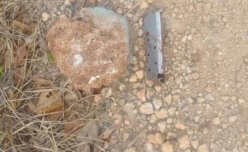 Cerca del cuerpo se encontró un cargador plateado desabastecido. (Redacción)