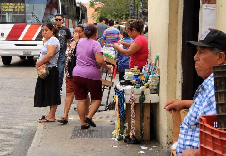 """Los ambulantes todavía tienen """"tomada"""" vasta zona del centro de la ciudad. (José Acosta/SIPSE)"""