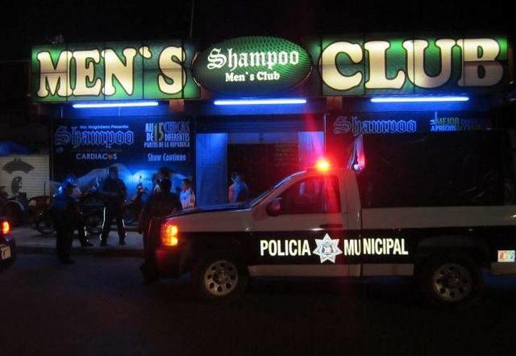 Los uniformados esculcaron cada rincón de los centros nocturnos en busca de drogas y armas. (Redacción/SIPSE)