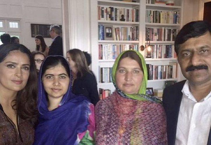 La actriz Salma Hayek se mostró muy emocionada con el encuentro que sostuvo con la joven ganadora del premio Nobel de la Paz, Malala Yousafzai. (Instagram)
