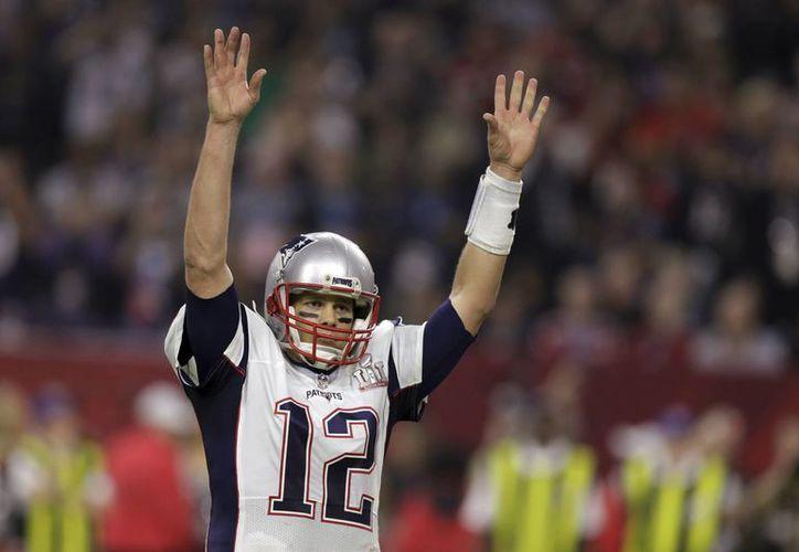 El jersey con el que Tom Brady consiguió el título para los Patriotas, despareció de los vestidores en pleno festejo. (AP)
