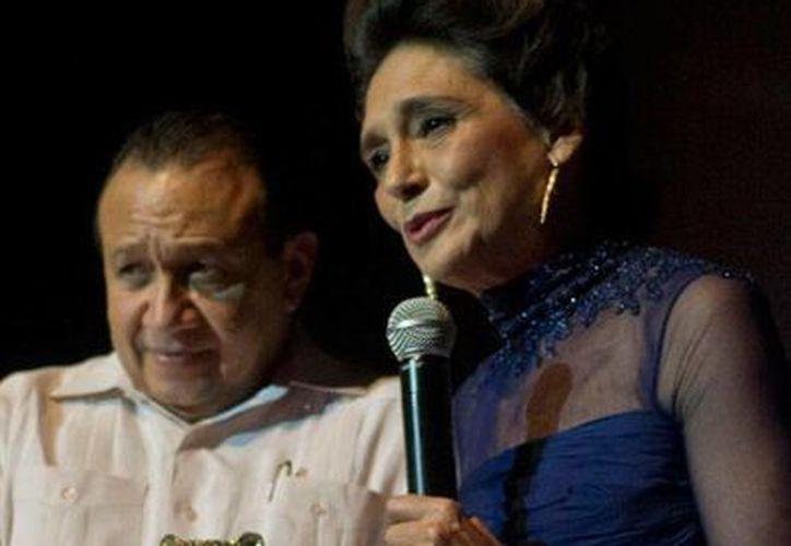 La actriz Ofelia Medina recibió de manos del secretario de Cultura, Roger Metri, el 'Jaguar de Oro', como reconocimiento a su trayectoria en la actuación. (NTX)