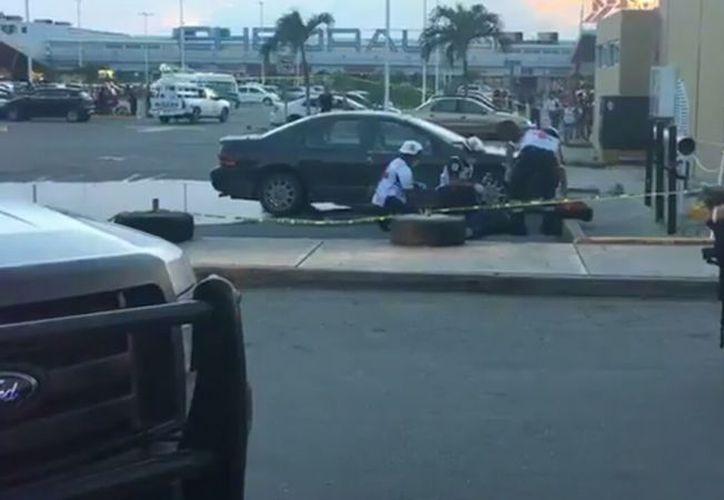 Paramédicos de la Cruz Roja arribaron al lugar pero el hombre ya no presentaba signos vitales. (Foto: Redacción/SIPSE).