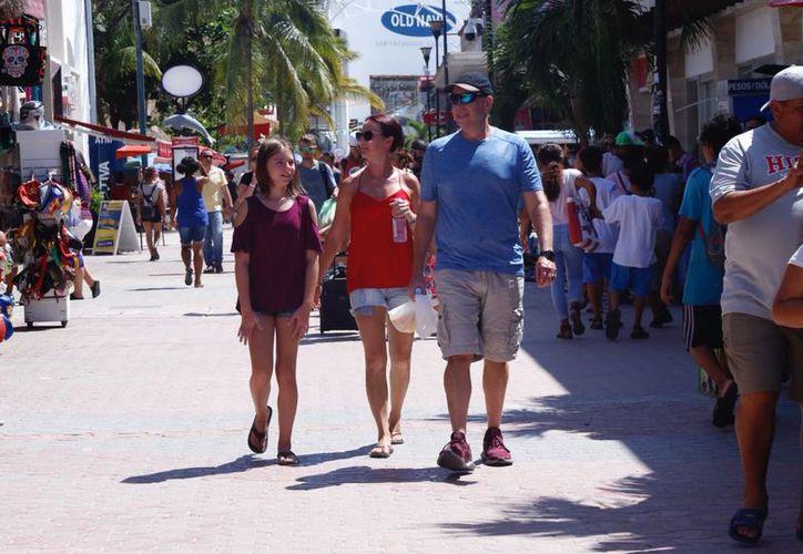 Canadienses y estadounidenses suman más del 60 por ciento del mercado que vacaciona en Playa del Carmen. (Redacción)