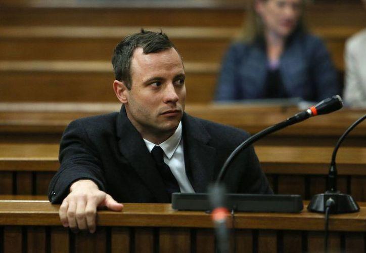 Oscar Pistorius presta atención al juicio que se le sigue por el asesinato de su novia ocurrido el 14 de febrero del año pasado. La foto corresponde al 8 de julio del presente. (Foto: AP)