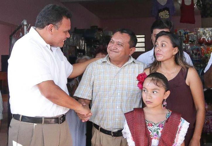 Ayer el gobernador Rolando Zapata visitó la renovada papelería 'Winnie Pooh', cuyos propietarios recibieron un apoyo del Fidey. (Cortesía)