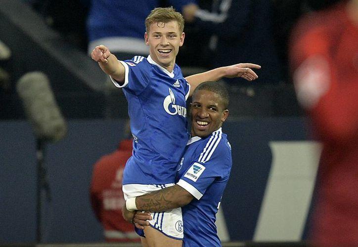 Los jugadores del Schalke Max Meyer y Jefferson Farfan (d) celebran los goles que anotaron este domingo al Hannover. (Agencias)