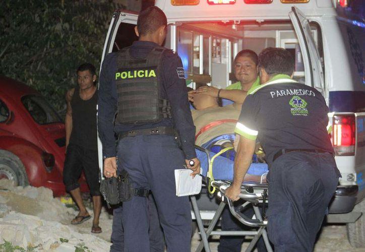 Paramédicos arribaron al lugar para atender a la lesionada, quien presentaba una lesión por disparo de arma de fuego. (Redacción/SIPSE)